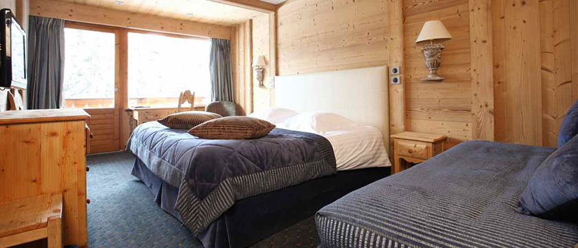 france_three-valleys-ski-area_courchevel_hotel_Les-Ducs-de-Savoie_large-bedroom.jpg